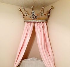 Turn Rags to Royalty . Free tutorial with pictures step by step on how to make a bed canopy crown out of a metal bucket - Metalleimer wird zu Krone - step by step Photo tutorial - Bildanleitung Bed Crown Canopy, Canopy Frame, Diy Canopy, Crown Decor, Diy Crown, Princess Nursery, Princess Room, Little Girl Rooms, How To Make Bed