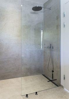 Parret har i mere end 60 år været fascinerede af den vilde og fantastiske natur ved Ordrup Næs i Vestsjælland. Da de købte en eftertragtet grund lige ud til vandet, skulle huset være lige så opsigtsvækkende som udsigten. Teak Bathroom, Bathroom Spa, Laundry In Bathroom, Bathroom Colors, Small Bathroom, Small Shower Room, Minimalist Bathroom Design, Cute Apartment, Hotel Room Design