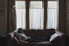 """""""Dietro le quinte"""" è il progetto di Chiara Vittorini. indagare nella vita quotidiana partendo dai piccoli gesti e cose, ricostruendo un'atmosfera quotidiana, dove la routine diventa un carattere distintivo insito in ognuno di noi. Un modo di indagare la fragile intimità, un gioco di luci, pose e sfumature da cui emerge la solitudine."""