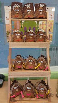 Saquinhos para castanhas que também é um fantoche. Fall Crafts, Diy And Crafts, Halloween, Ideas Para Fiestas, Autumn, Education, Holiday Decor, Kids, Kindergarten Jobs