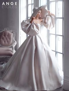 Wedding dress Merian by Ange Etoiles. Sweetheart neckline detachable sleeves sat… Wedding dress Merian by Ange Etoiles. Based in Vancouver, Canada. Antique Wedding Dresses, Elegant Wedding Dress, Wedding Dress Styles, Bridal Dresses, Wedding Gowns, Prom Dresses, Elegant Gowns, Wedding White, Dresses Dresses