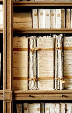 #orgulloarchivero Documentos y libros con balduque marrón (A mi me gusta más el rojo)