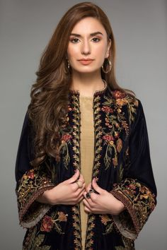 Velvet Pakistani Dress, Pakistani Dresses Party, Pakistani Dress Design, Elegant Dresses Classy, Stylish Dresses For Girls, Stylish Clothes For Women, Lovely Dresses, Beautiful Dress Designs, Stylish Dress Designs