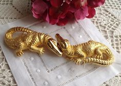 An absolutely fabulous vintage metal belt buckle by Doreen Ryan 94. The loving alligator duo is extra large and in near mint condition. When closed it measures 7 1/2in long x 2 1/2in wide. The perfect way to get a conversation started