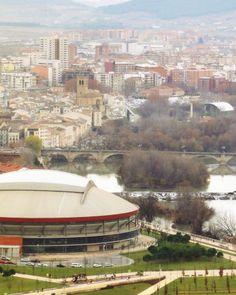 Fantástica vista aérea de Logroño tomada desde el Monte Cantabria. Se ve la Plaza de Toros de Logroño en primer término. La ciudad, al fondo.