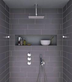 Att bygga en hyllnisch i en dusch är ett perfekt sätt att få förvaring! Bra plats för schampooflaskor i duschen som är både lättstädad och stilren.