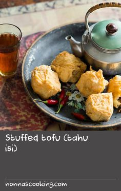 This is a recipe for a popular Indonesian snack sold by street-side vendors. The stuffed, battered and deep-fried tofu puffs are served with red hot chillies and black tea or beer to help tame the heat. Chilli Recipes, Snacks Recipes, Beef Recipes, Chitlins Recipe, Tahu Isi, Menu Design, Design Ideas, Deep Fried Recipes, Onion Sprouts