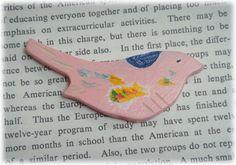 ピンクの小鳥、ワイルドな木のブローチをお楽しみください。ピンクの実を食べたのかしら。右を向いています。背中の青い模様とおなかのカラフルさがアクセントです。木を...|ハンドメイド、手作り、手仕事品の通販・販売・購入ならCreema。