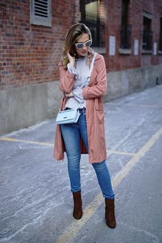 A pink lightweight trenchcoat and blue skinny jeans are an easy way to introduce some cool into your current rotation. Add a pair of dark brown suede ankle boots and the whole outfit will come together. School Outfits Tumblr, Spring Outfits For School, College Outfits, Winter Outfits, Summer Outfits, Outfits For Teens, Fashion Outfits, Crop Top With Jeans, Black Skinnies