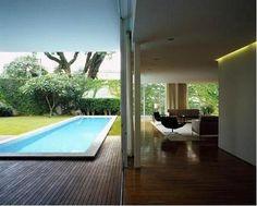 Pinheiros: Isay Weinfeld. Integração entre Piscina, Jardim, Varanda e Sala de Estar