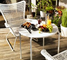 A set breakfast table outside with HÖGSTEN armchair and ROXÖ table