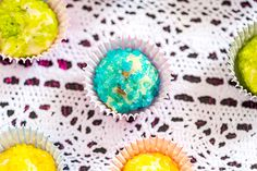 Värikkäät valkosuklaapopsit Christmas Candy, Neon, Drinks, Candies, Desserts, Drinking, Tailgate Desserts, Beverages, Deserts