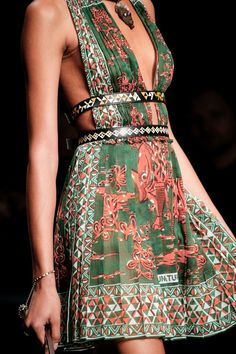 See detail photos for Valentino Spring 2016 Ready-to-Wear collection. The complete Valentino Spring 2016 Ready-to-Wear fashion show now on Vogue Runway. Fashion Details, Look Fashion, Spring Fashion, High Fashion, Fashion Show, Fashion Mode, Dress Fashion, Fashion Clothes, Net Fashion