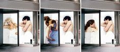 """AXEを使うことによる""""モテモテ現象""""を回転扉をメディアにして表現  [国名:韓国/ブランド名:AXE]  こちらの屋外広告は""""AXEエフェクト(現象)""""を、回転扉をメディアにして表現するという企画です。  若い女性がベッドで安らかに眠っているクリエイティブが回転扉に描かれていますが、その際回転する扉ごとに別々の女性が描かれています。回転扉がまわっていくことで(そばの扉に描かれた)若い男性が、様々な女性と一夜を共にしている様子があらわになるという仕掛けでした。"""