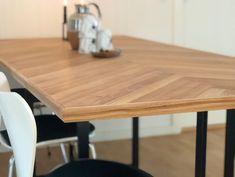 @nygaardsnedkeriet Instagram post (carousel) Efterårsfornyelse i boligen 🍂 Står du og mangler et nyt spisebord, der kan bidrage til at sprede varme, stil og kvalitet i hjemmet, så er det nu du skal læse videre 👇🏼 Lige nu kører vi et SUPER TILBUD på vores håndlavede sildebens spisebord, der har den varmeste glød og en kombination af træets naturlige spil. Førpris: 14.500kr. - NU: 10.000kr. Måler 215x100 cm. Trælisterne er håndskåret ud af massiv egetræ med et understel af sort metal ▪️ Med… Dining Table, Rustic, Furniture, Instagram, Home Decor, Country Primitive, Decoration Home, Room Decor, Dinner Table