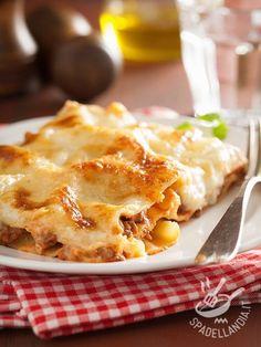 Lasagne al radicchio trevigiano e fontina Italian Lasagna, Confort Food, International Recipes, Crepes, Italian Recipes, Carne, Macaroni And Cheese, Food And Drink, Yummy Food