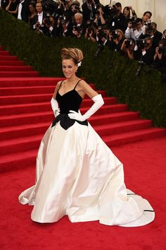 SJP made an early arrival in a graphic black and white Oscar de la Renta gown that had a surprise reveal when she turned around: the designer's signature.