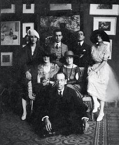 Mário de Andrade (sentado), Anita Malfatti (sentada, ao centro) e Zina Aita (à esq. de Anita), em 1922. [Foto Arquivo Mario de Andrade do IEB/USP]