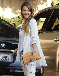 Jessica Alba is gorgeous! Jessica Alba Casual, Jessica Alba Style, Actress Jessica, Celebrity Look, Celebs, Celebrities, Capsule Wardrobe, My Style, Style Star