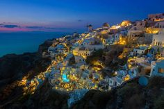 The ultimate Santorini photography guide. Where to find and when to take the iconic photos of Santorini in Oia, Fira and other sites Fotografie Guide, Things To Do In Santorini, Photography Guide, Santorini Greece, Santorini Travel, Greece Travel, Travel Photographer, Greek Islands, Places To See