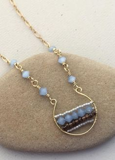 Horseshoe Beaded Pendant: Free tutorial to make the wire frame, add the beads and the matching chain