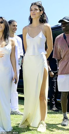 Kim Kardashian and Kendall Jenner support Kanye West at Coachella Kim Kardashian flaunts her curves in lilac outfit while Kendall Jenner is angelic in white Looks Kylie Jenner, Kylie Jenner Outfits, Kendall Jenner Outfits, Kendall Jenner Coachella, Kendall Jenner White Dress, Kendall And Kylie, Look Fashion, Trendy Fashion, Fashion Models