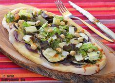 Coca de berenjena, hoja de roble y queso de oveja al romero, es la versión española de una pizza, un bocado delicioso, nutritivo y fácil de disfrutar. Tomad nota de la receta paso a paso.