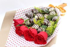 Post para fan page Mitra gift shop Chocolate Covered Treats, Chocolate Dipped Strawberries, Chocolate Bouquet, Chocolate Art, Valentines Sweets, Valentine Crafts, Number Birthday Cakes, Creative Gift Baskets, Strawberry Art