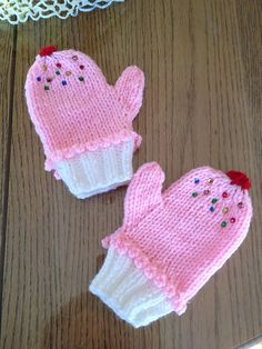 Flynn Flynn Tuthill A Grandma Kathy project? Ravelry: Cupcake Hat Also did a pink/white scarf with cupcake ends for this set. Kids Knitting Patterns, Knitting For Kids, Loom Knitting, Knitting Projects, Crochet Patterns, Baby Mittens, Knit Mittens, Knitted Gloves, Knit Or Crochet