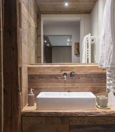 salle de bain rustique, évier céramique et robinet mural métallique, miroir
