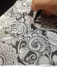 Fabulous example of zentangle! Just beautiful!Lol never knew it was called anything but doodles :) Zentangle Drawings, Doodles Zentangles, Zentangle Patterns, Art Drawings, Mandala Drawing, Tangle Doodle, Tangle Art, Doodle Art, Painting & Drawing