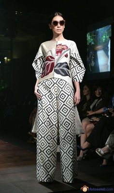 Pantaloni extra large: vanno di moda i wide leg pants Kulot Batik, Batik Kebaya, Batik Dress, Batik Fashion, Ethnic Fashion, Hijab Fashion, Fashion Outfits, Womens Fashion, Linen Pants Women