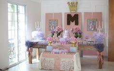 Tule, babados e sapatilhas – além da coroa em destaque – são a melhor escolha para a mesa da festa de meninas bailarinas.