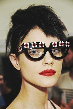 Usa ou não usa? Óculos com aplicação de flores da Para SS 13