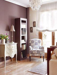 El otro plano de este salón su zona de lectura.En ella se combinan varios estilos y colores en la madera y paredes, combinadas con pintura y papel,