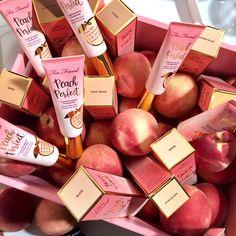 Auf sonrisa.ch zum angucken und gewinnen: die Produkte der neuen Peaches and Cream Kollektion von Too Faced.
