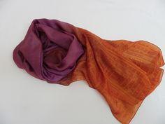 Linda echarpe de seda pongé 5, pintada à mão em tons de violeta e mandarine, com uma barra xadrez estilizada nas pontas. Ideal para compor um visual moderno e arrojado, pode ser utilizada de várias maneiras, sempre com muita feminilidade. R$ 145,00