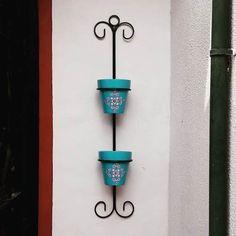 Garden Deco, Mason Jar Wall Sconce, Candle Sconces, Diy Bottle, Bottle Crafts, Art Fer, Flower Artists, Living Room Shelves, Iron Furniture