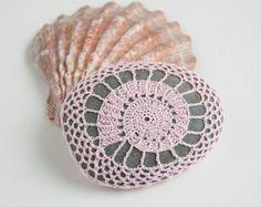 Uncinetto con filo di calibro fine più alto qualità cotone uncinetto. Di pietra circa 3,25 x 4.0 x 1.5 .  Utilizzare come un centrotavola per