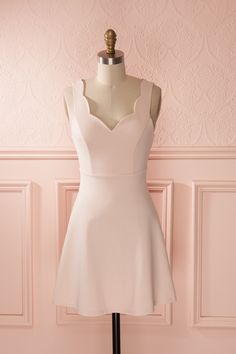 Le regard amoureux, elle semble être sur un petit nuage chaque fois qu'il lui murmure des mots doux à l'oreille. With a tender expression, she seems to be on cloud nine every time he murmurs words of love in her ear. Blush Pink sleeveless A-line dress www.1861.ca