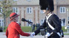 Dronning Margrethe var onsdag på Den Kongelige Livgardes Kaserne på Rosenborg Slot for at overvære Livgardens parade og overrække Hendes Majestæt Dronningens ur.