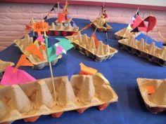 Knip de helft van een eierdoos eraf. Prik in het midden een lange satéprikker en knoop het lint er aan vast. De kinderen mogen de boot versieren met vlaggetjes en raampjes van gekleurd papier.