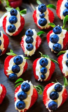 Looking for some easy and delicious Fourth of July desserts? How about some of July food ideas? This post is full of easy to make, adorable treats to please the whole family for July Patriotic Desserts, 4th Of July Desserts, Easy Desserts, Patriotic Crafts, Patriotic Party, July Crafts, July 4th Appetizers, Holiday Appetizers, Patriotic Decorations