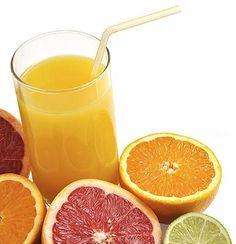 Jugo de toronja, limón y naranja para desintoxicar el hígado. Para hacer este zumo necesitarás:  2 toronjas peladas y sin semillas 2 limones pelados y sin semillas 1 naranja pelada y sin semillas 1 cucharadita de aceite de oliva Añade todos los ingredientes a la licuadora o procesador de alimentos, mezcla y de ser necesario agrega medio vaso de agua. Ingiere recién preparado preferiblemente en ayunas.