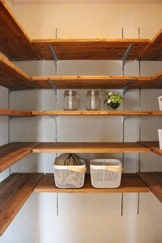 食品庫があることによって、キッチンが広々と使えて片付けやすくなりますね。  壁に沿って棚が設置されているので何があるか一目で把握でき、掃除もしやすくなります。 可動棚なのも魅力的です*#収納#キッチンパントリー Pantry Storage Cabinet, Pantry Organisation, Pantry Shelving, Kitchen Storage, Diy Home Cleaning, Natural Interior, Interior Garden, Space Saving Furniture, Dream House Plans