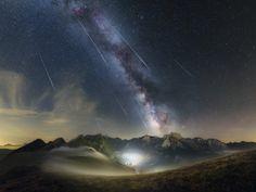Une photo magnifique des étoiles filantes de l'essaim des Perseïdes passant au-dessus des Pyrénées... Photo prise le 12 août 2017 par Jean-Francois Graffand...