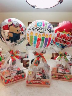 Cute Birthday Gift, Birthday Gift Baskets, Diy Birthday, Candy Bouquet Diy, Gift Bouquet, Diy Crafts For Gifts, Gifts For Kids, Candy Arrangements, Balloon Gift