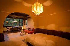 """人気の半露天風呂付き客室""""牡丹""""。嬉野川を眺めながらダイニングテーブルで食事ができます。丸い入り口のベッドルームは秘密基地っぽくてなんだかワクワクしますね。"""