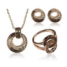 Класически комплект дамски бижута, колие, обеци и пръстен с бели австрийски кристали и бижутерийна сплав с 18 карата розово златно покритие. Код: SF30.
