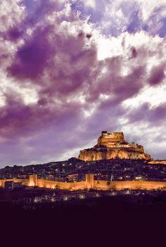 CASTLES OF SPAIN - Castillo de Morella (Castellón ) construido en lo alto de la población , es una fortificación islámica del siglo XIII. El cerro sobre el que se asienta el castillo fue fortificado y habitado por los iberos y más tarde por los romanos, sin embargo serán los almorávides primero y los almohades después quienes le confieran naturaleza de castillo inexpugnable. En el año 1231 el noble aragonés Blasco de Alagón conquista Morella en nombre de su rey Jaime I el Conquistador.